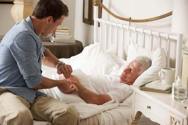 Пожилой человек в кровати
