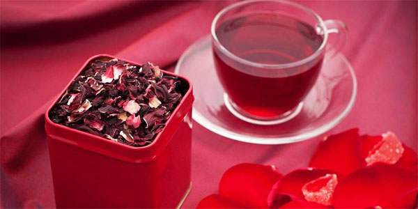 Чашка чая и лепестки суданской розы