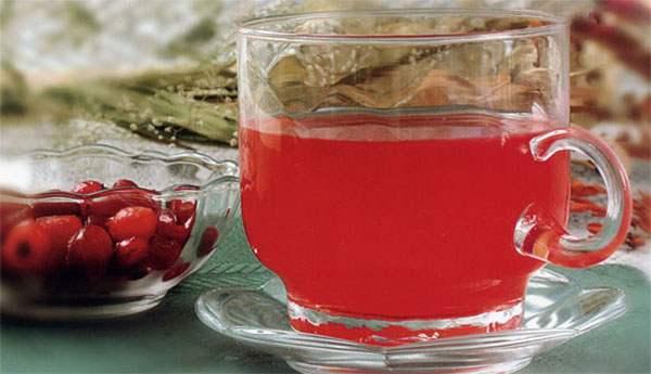 Чашка с морсом брусники