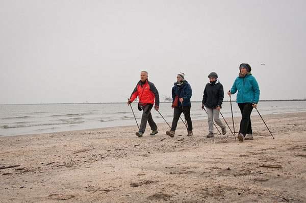 Передвижение с палками по песчаному пляжу