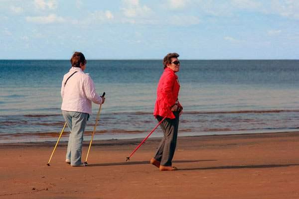 Прогулка с палками по берегу моря