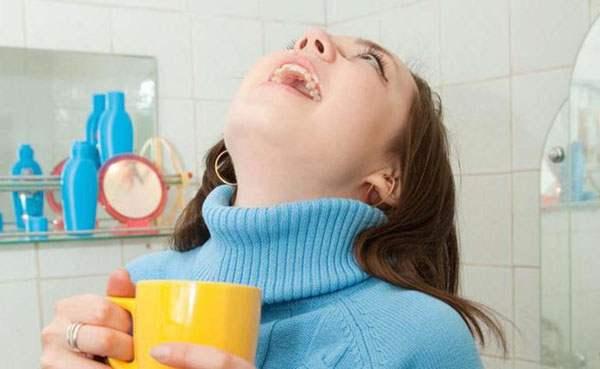Полоскание горла разбавленным раствором календулы