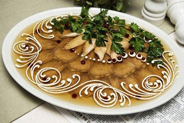 Блюдо с заливным из желатина