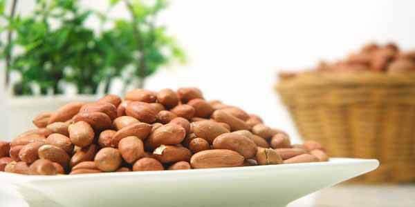 Блюдо с очищенными семенами арахиса