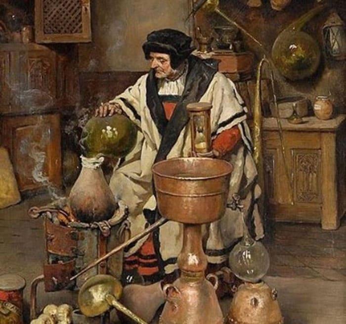 Средневековый алхимик за работой в своей лаборатории