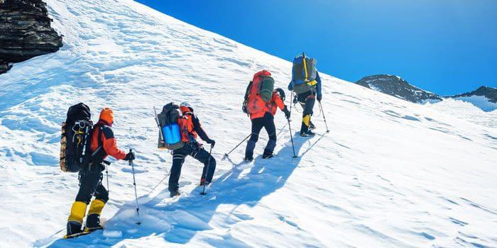 Восхождение альпинистов на гору создает для организма тяжелые испытания низкой температурой, недостатком кислорода, и тяжелой изнуряющей физической нагрузкой